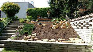 Skalka osazení kamenů a rostlin