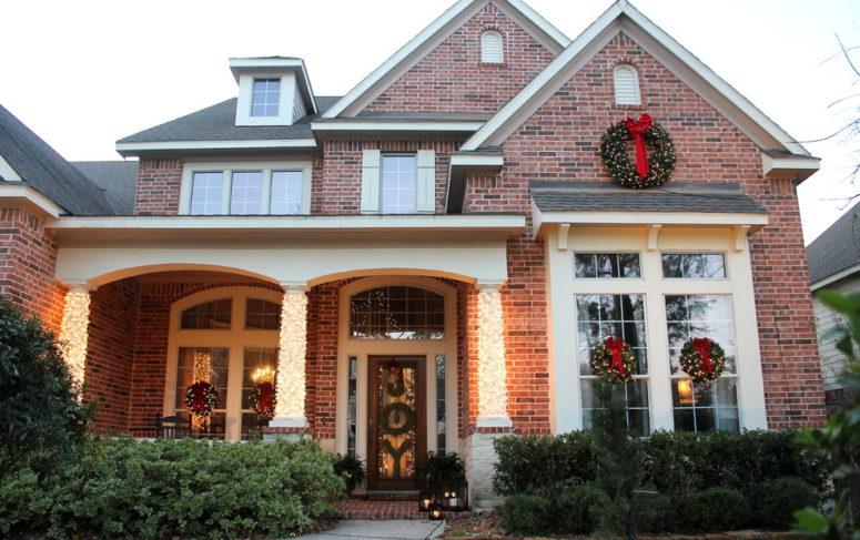 Cihlový dům s venkovní vánoční výzdobou