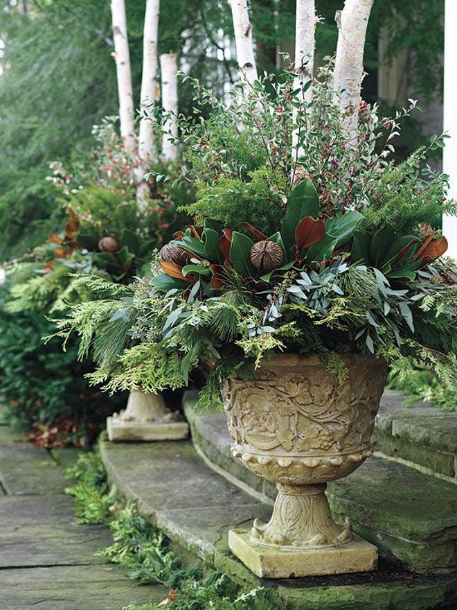 Kamenné květináče se zelenou výzdobou