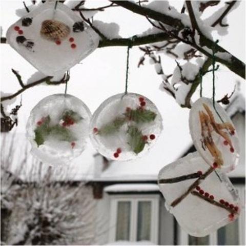 Ornamenty vyrobené z ledu, zavěšené na strom