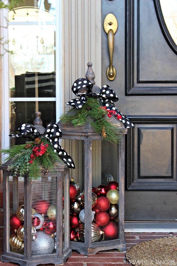Lucerny naplněné vánočními baňkami