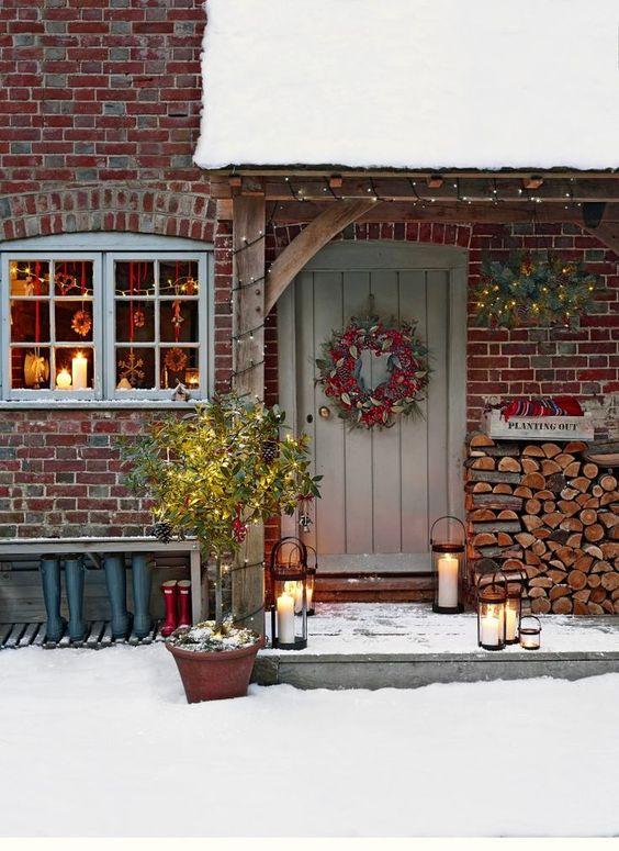 Francouzské stavení vánočně vyzdobené