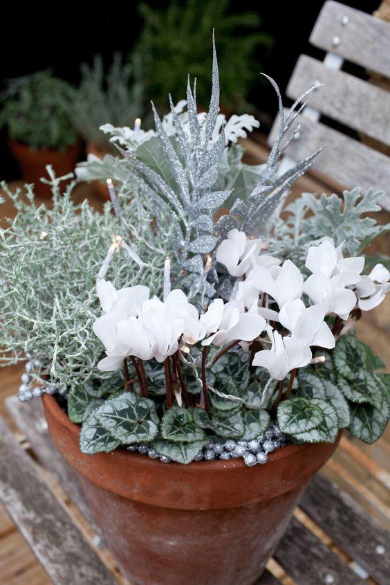 Bíle laděný vánoční květináč