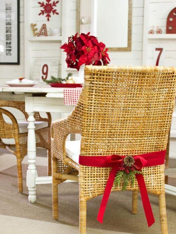 Židle ozdobená vánoční stuhou