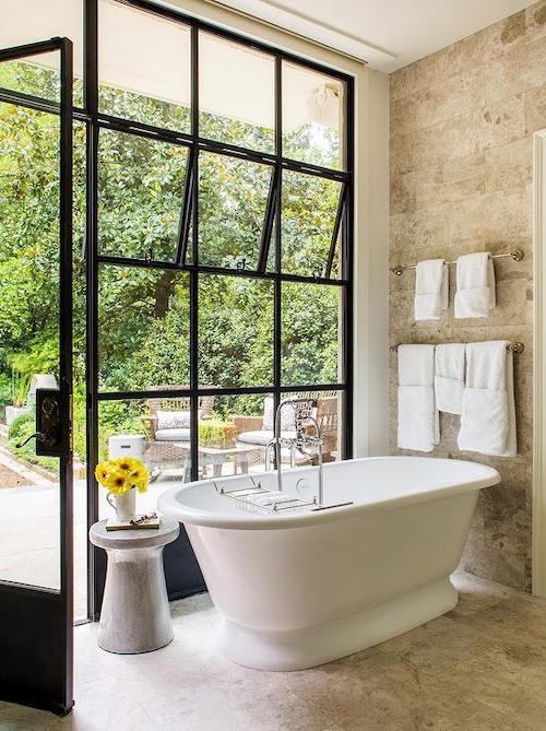 Koupelna s industriálním oknem