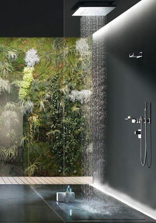 Koupelna s živou zelenou stěnou
