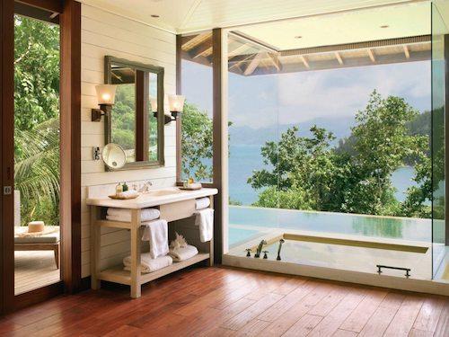 Koupelna s výhledem na moře